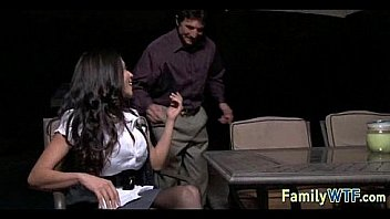 18летняя девка сношает себя дилдо на столе возле лестницы