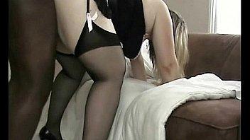 Голая подружка получает пенис в анус после отсоса в постели