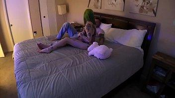 Зрелая брюнетка и шлюха-блондинка проводят время с секс приспособлениями в собственных письках