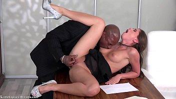 Молодчик с твердым прибором ебет спортивную блондиночку 40ка лет и с силиконовыми титьками, кончая на ее милое личико