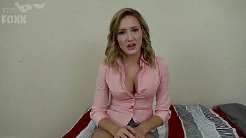 Стройненькая женщина эротично позирует в ванной комнатке только в трусах