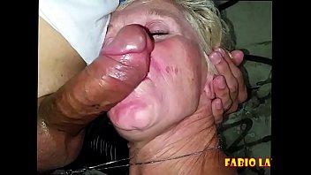 Девчонка в беленьком лифчике приседает дыркой на резиновый пенис
