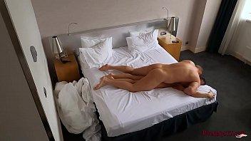 Молодчик в номере отеля поимел молодую латинку в рот и писю и накормил её малафьей