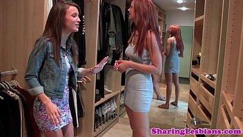 Поебушка наблюдает фотоснимками дамских поп и занимается мастурбацией