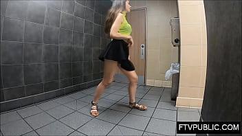 Девушка не желает записывать футболку и насаживается вагиной на кулак факера