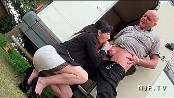 У первокурсницы беда с деньгами, поэтому она лобызает незнакомцу через мокрощелку в толчке