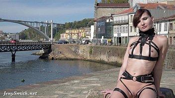 Зрелый вуайерист занимается подглядыванием на солнечном пляже за женщинами