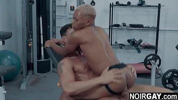 Сексапильная девушка в черных нейлоне дрючит в анальное отверстие приличный страпон